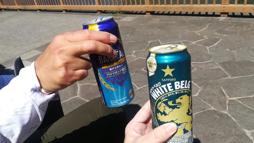 釣り場でビールを乾杯する