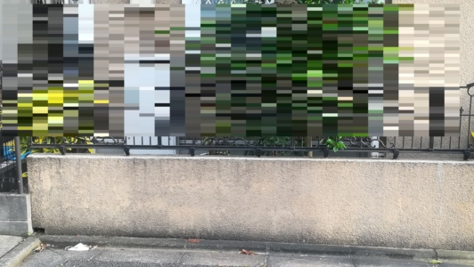 雨染みで汚れた塀