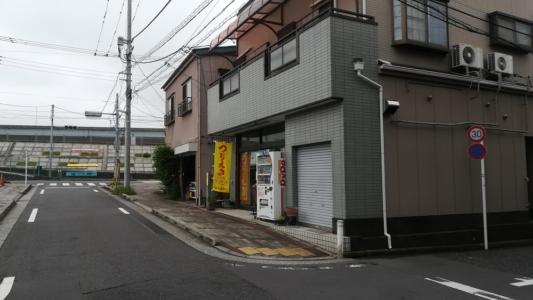 路地にある釣りエサ店